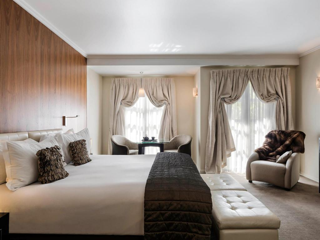 Luxury King Room - Bed Sofitel Queenstown Hotel and Spa