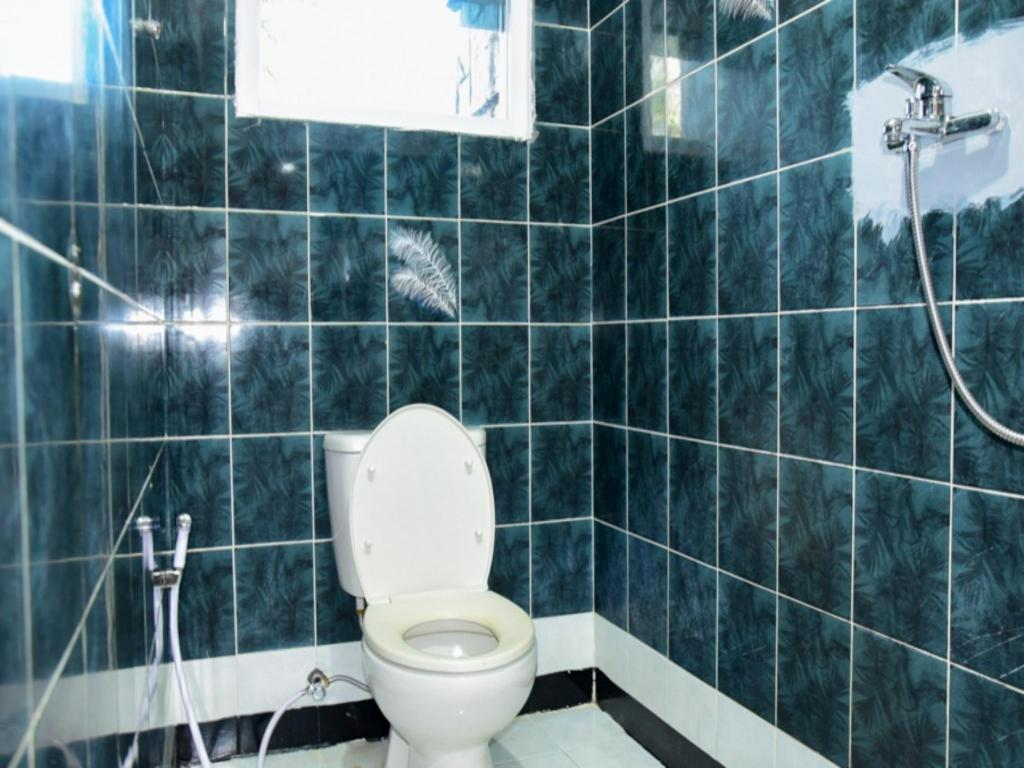 Bathroom RedDoorz Plus near Mall Kelapa Gading