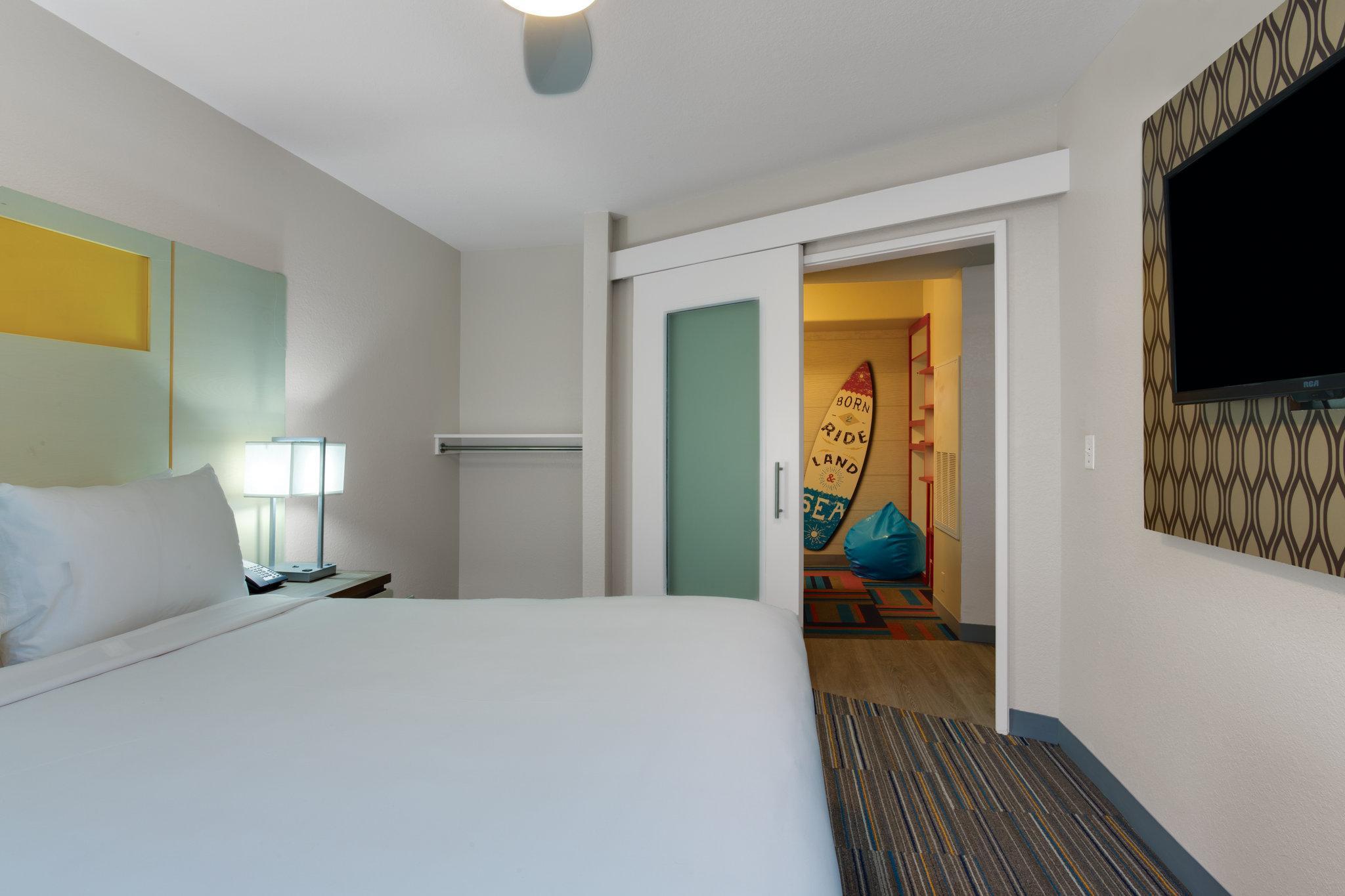 Holiday Inn Resort Orlando Suites Waterpark Hotel Orlando Fl Deals Photos Reviews,Black And White Wallpaper Bathroom