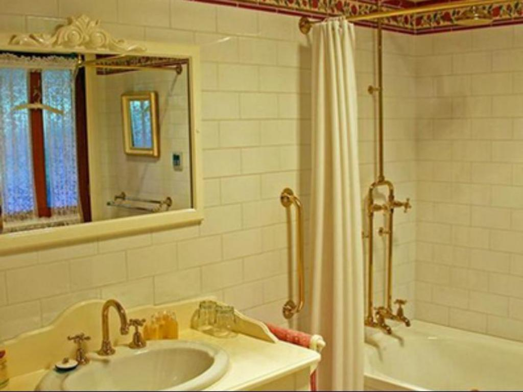 Aaa Granary Accommodation The Last Resort Best Price On Mount Roland Country Lodge In Cradle Mountain Reviews