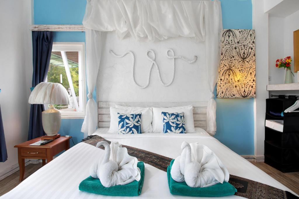 Deluxe - Bed White Knot Koh Chang by D Varee