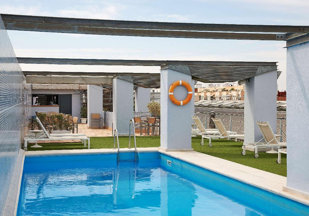 Nh plaza de armas in seville room deals photos reviews - Swimming pool seville ...