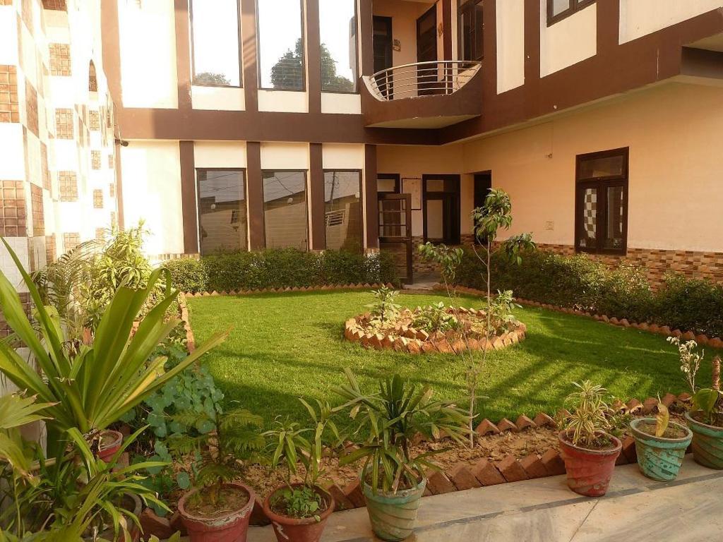 Su-Koon Homestay in Agra - Room Deals, Photos & Reviews