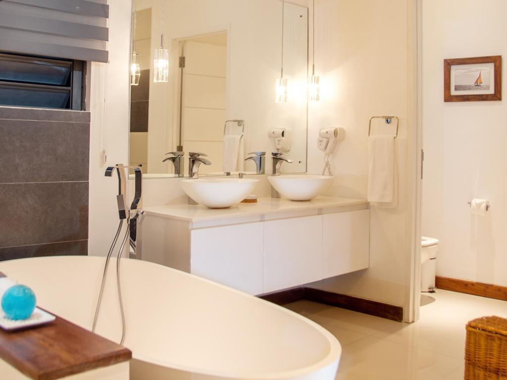 Baño Leora Beach Luxury Suite by Dream Escapes