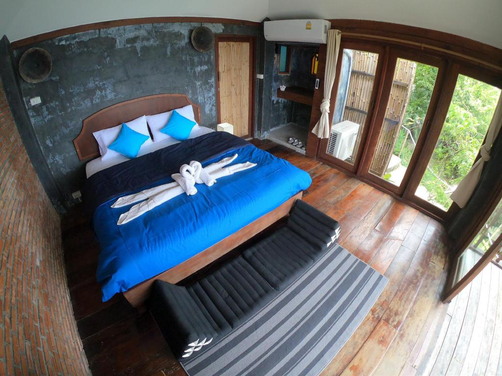 Standard Sea View Bungalow 1 with Balcony - Bed Blue Heaven Resort Koh Tao