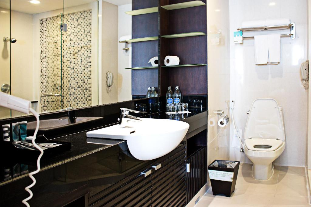 Deluxe King Bed - Bathroom Grand Sukhumvit Hotel Bangkok – Managed by Accor