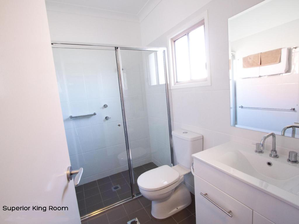 Superior King - Bathroom Best Western Plus Charles Sturt Suites and Apartments