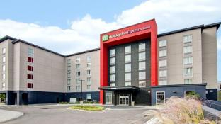 Holiday Inn Express & Suites Oshawa Downtown