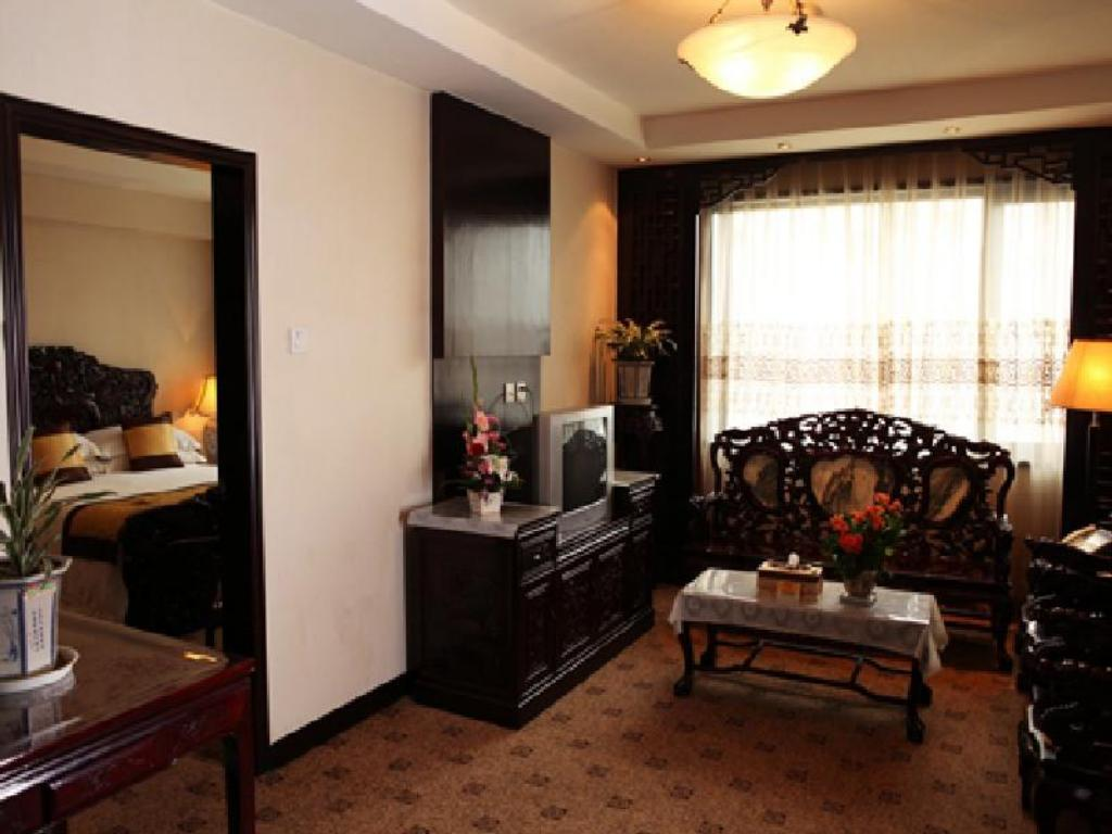 Deluxe Suite with King Bed - Guestroom
