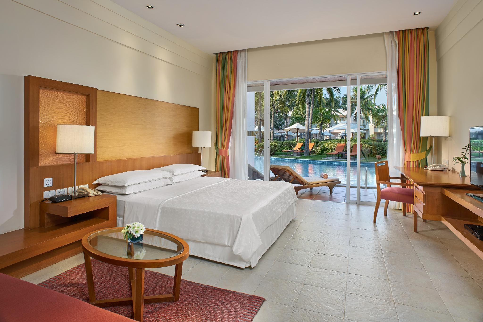 Lagoon Access, Guest room, 1 King, Poolside view