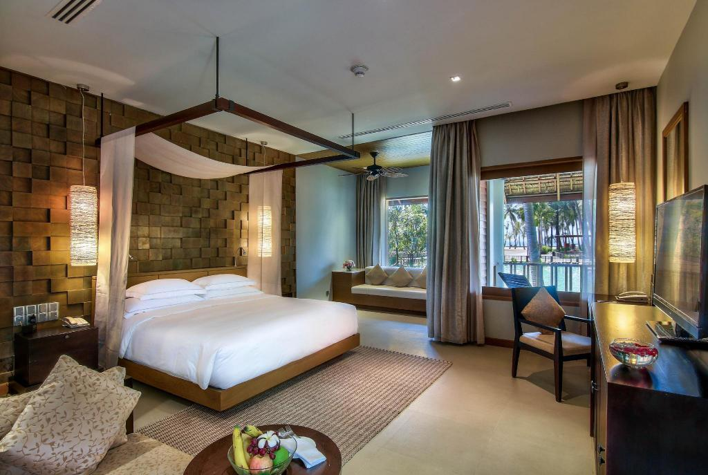King Deluxe Room with Lagoon View and Balcony - Bed Hilton Ngapali Resort & Spa
