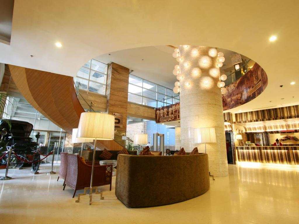 Lobby Crown Regency Hotel & Towers