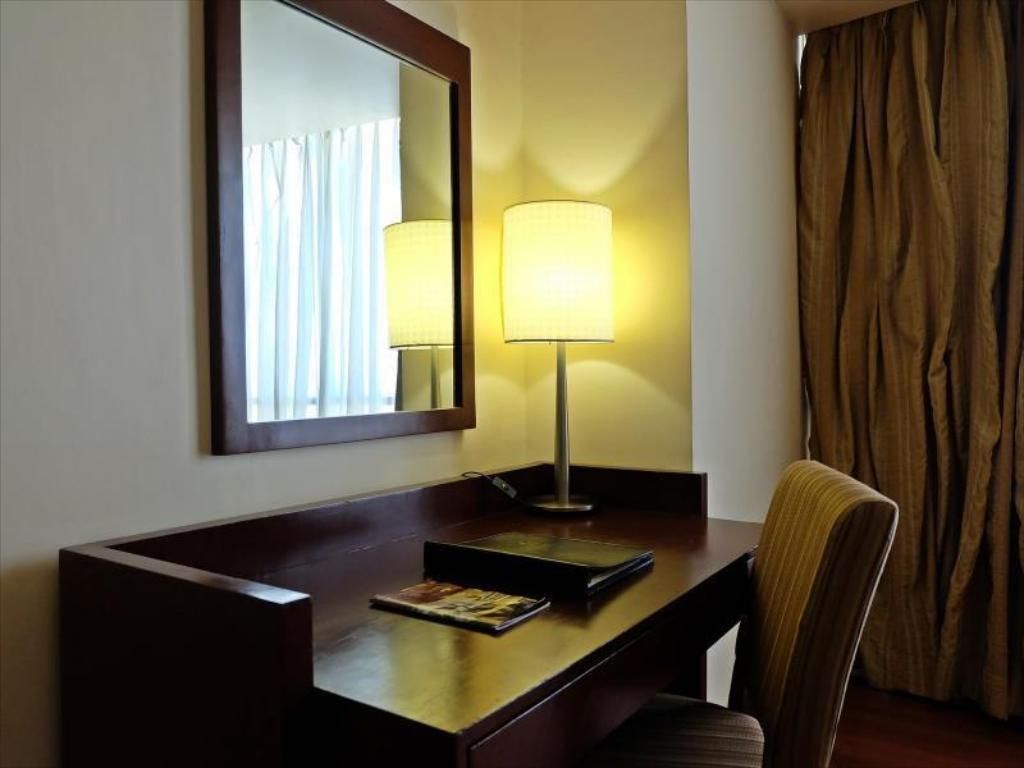 Quarto superior - Secretária Crown Regency Hotel & Towers
