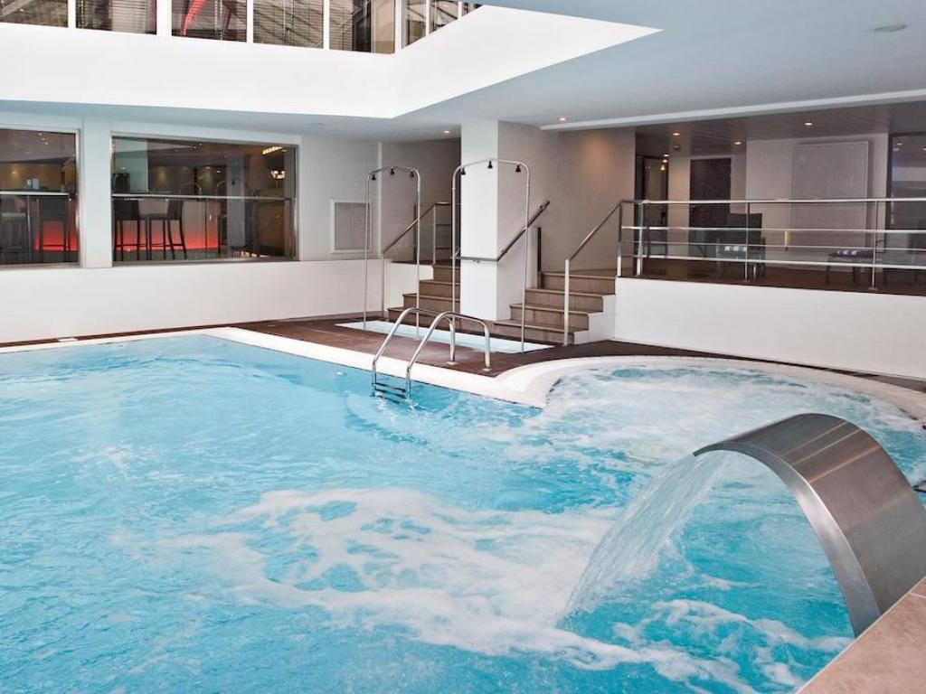 Oceania paris porte de versailles hotel in france room deals photos reviews for Hotels in paris with swimming pools