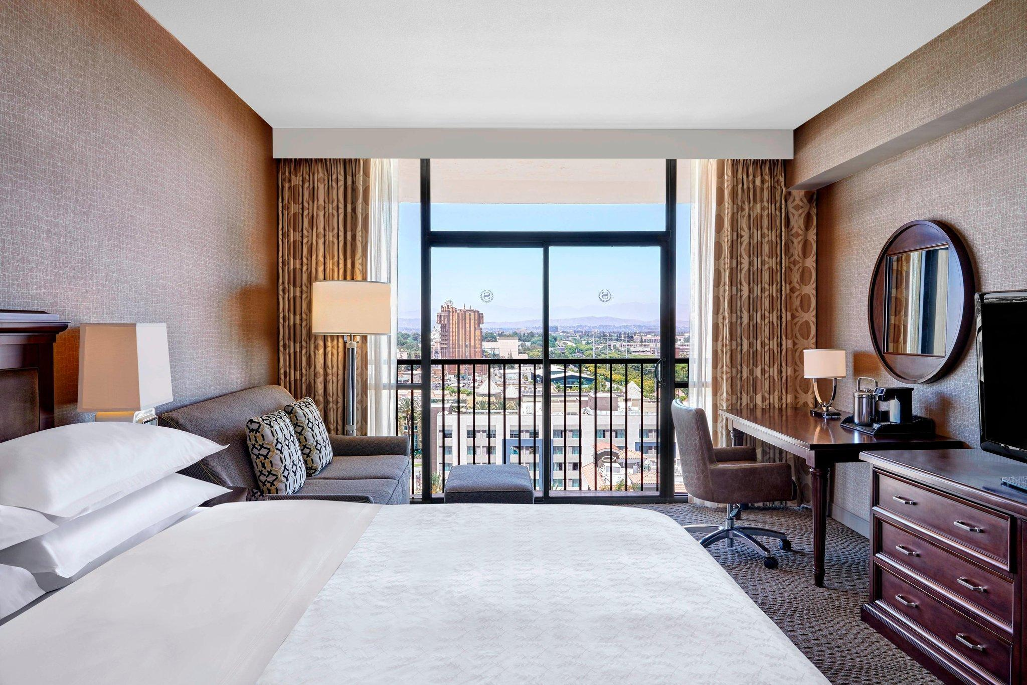 Club level, Guest room, 1 King, Theme park view, High floor