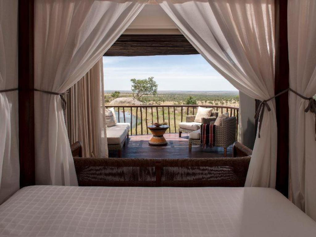 Horizon Værelse med king-size seng og udsigt til vandhul - Seng Four Seasons Safari Lodge Serengeti Tanzania
