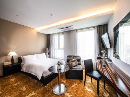 Superior Double Bed Room Hotel Leo