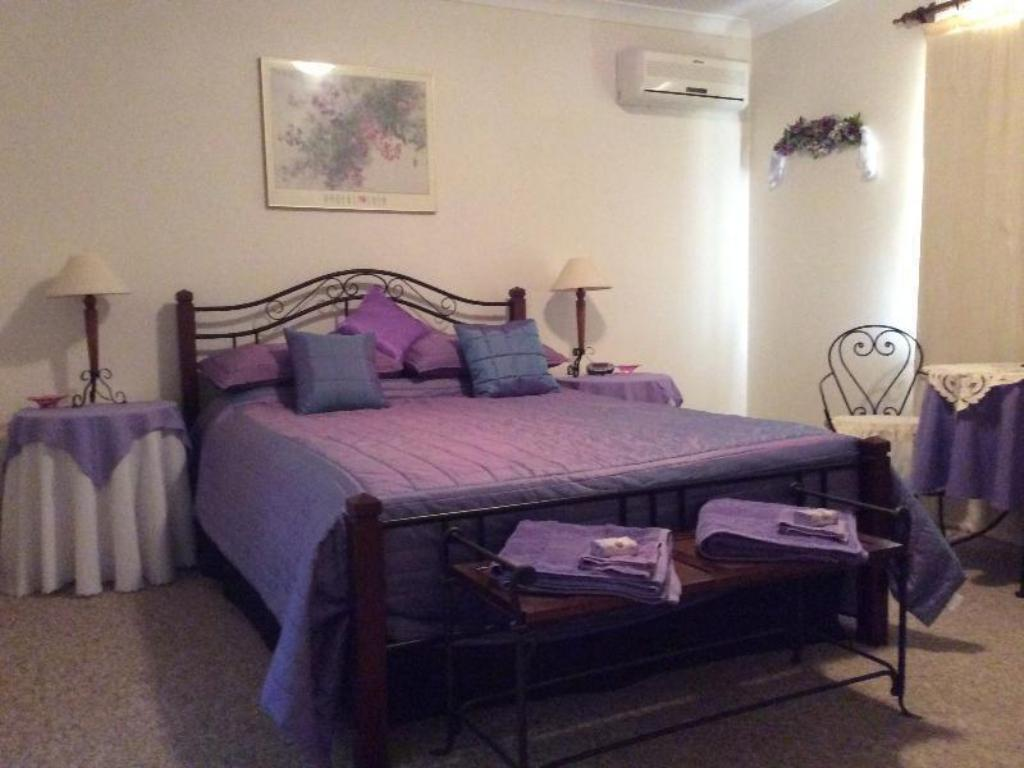 Room 1 - Mauve - Bed Enderslie House Bed and Breakfast