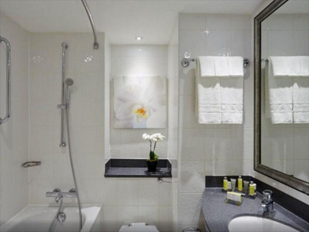 Executive Room, Executive lounge access, Guest room, 1 King - Bathroom London Marriott Hotel Marble Arch