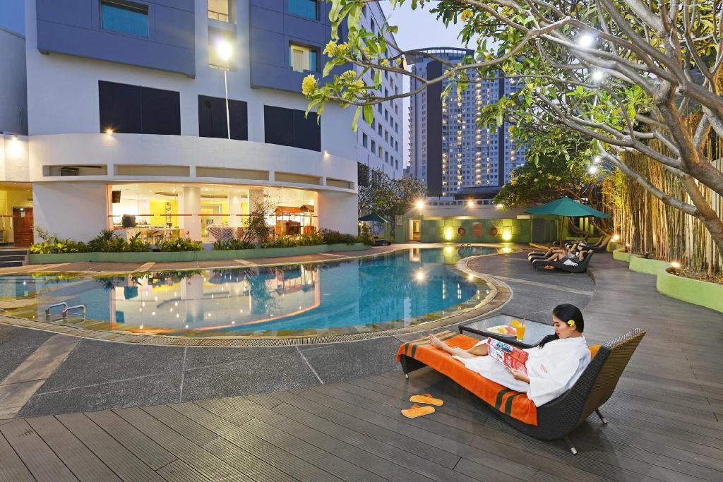 Swimming pool [outdoor] HARRIS Hotel Tebet