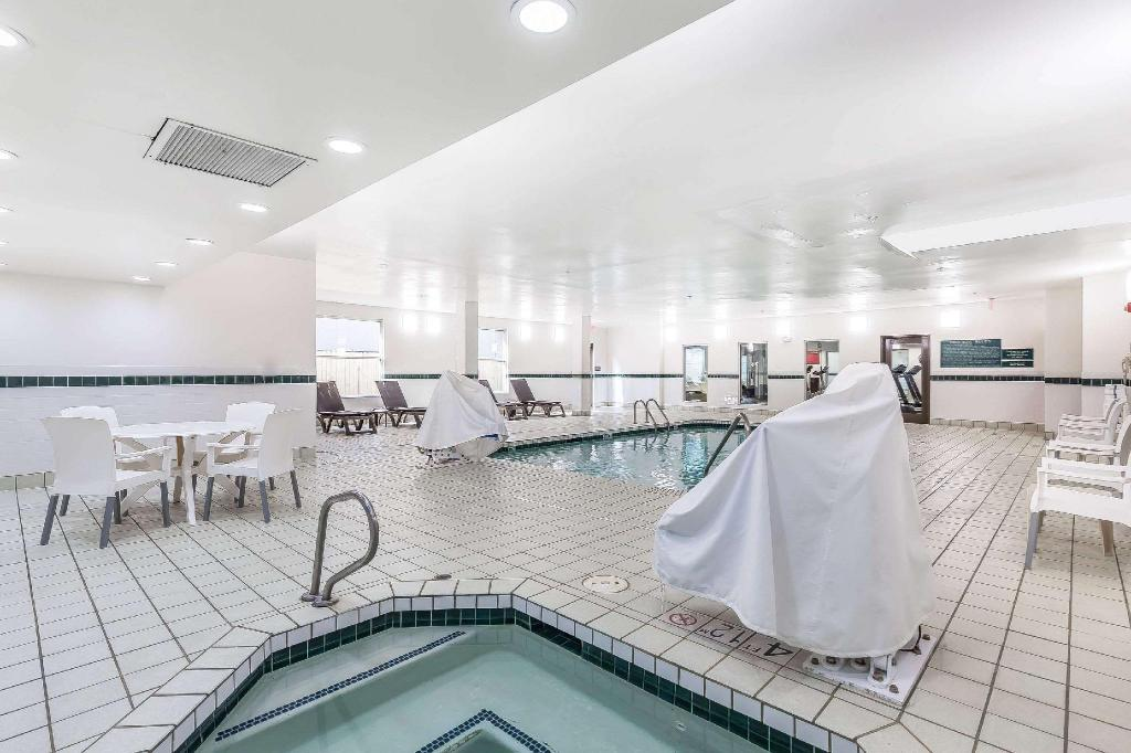 Kolam renang Comfort Suites North Dallas