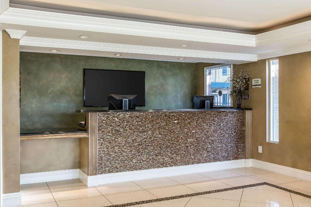 Lobby Quality Inn and Suites Anaheim Resort