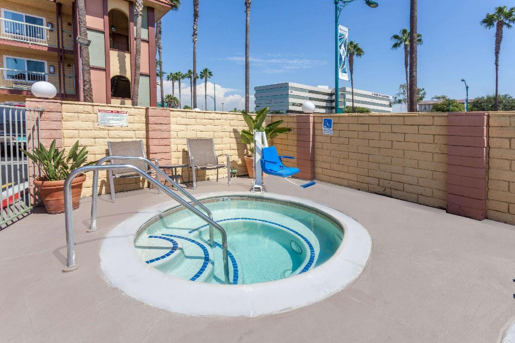 Swimming pool [outdoor] Super 8 By Wyndham Anaheim - Disneyland Drive