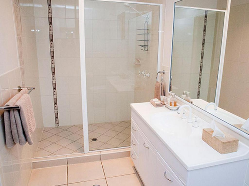 Bathroom Chinchilla White Gums Motor Inn
