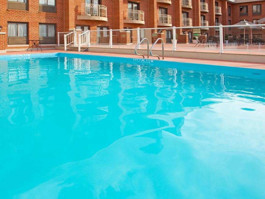 Best price on holiday inn suites hotel alexandria old town in alexandria va reviews Swimming pools in alexandria va