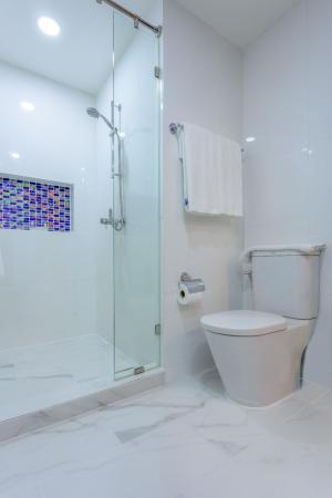 1 Bedroom Apartment - Bathroom Citismart Luxury Apartments
