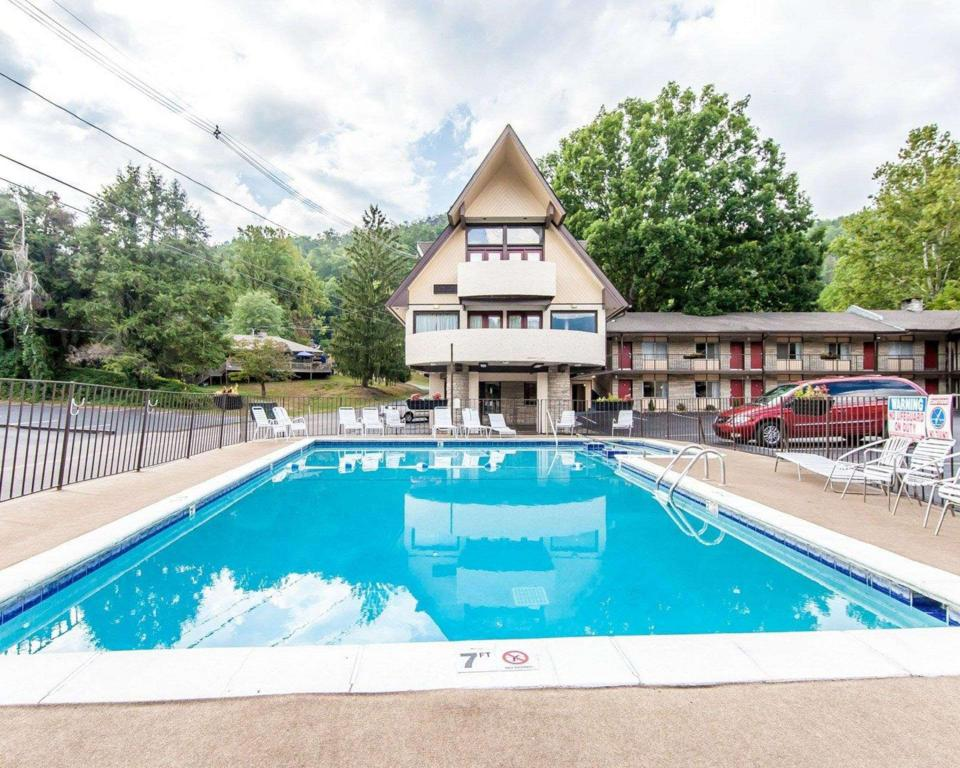 Swimming pool [outdoor] Econo Lodge Inn & Suites on the River