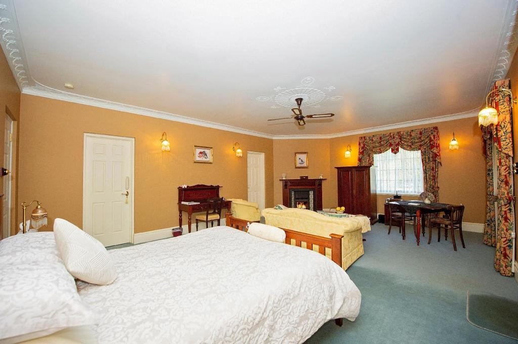 Deluxe Suite with Spa Bath - Bed Blackwood Inn Innkeepers House