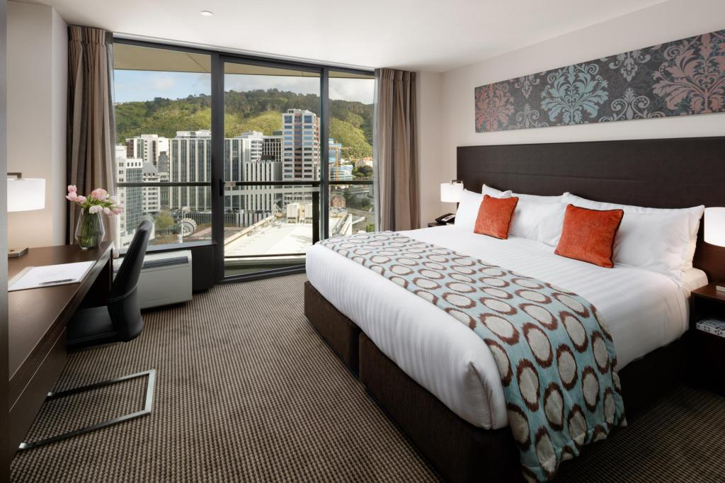 Deluxe King Balcony - Bed Rydges Wellington Hotel