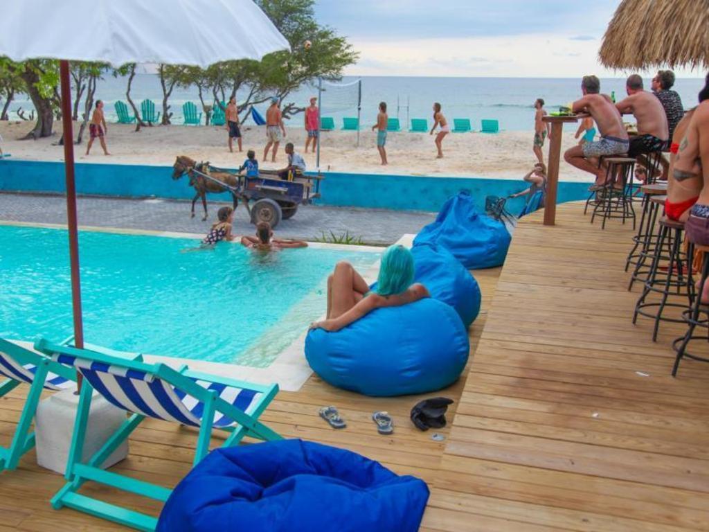 Le pirate beach club gili trawangan in lombok room deals - Club mahindra kandaghat swimming pool ...