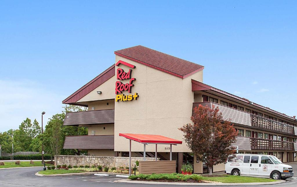 Red Roof Plus Nashville Airport In Nashville Tn Room