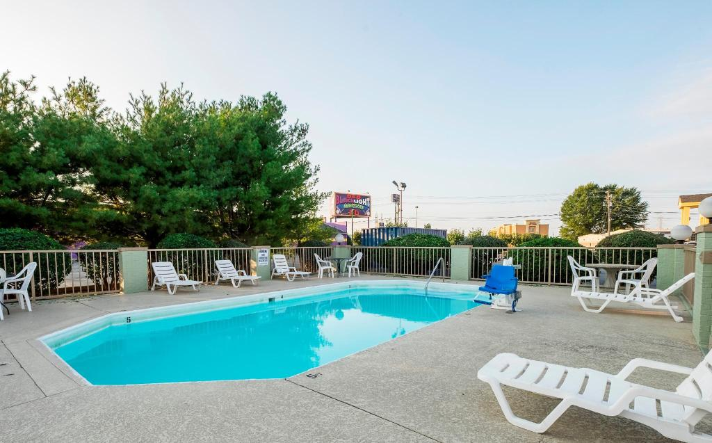 Swimming pool [outdoor] Red Roof Inn Clarksville