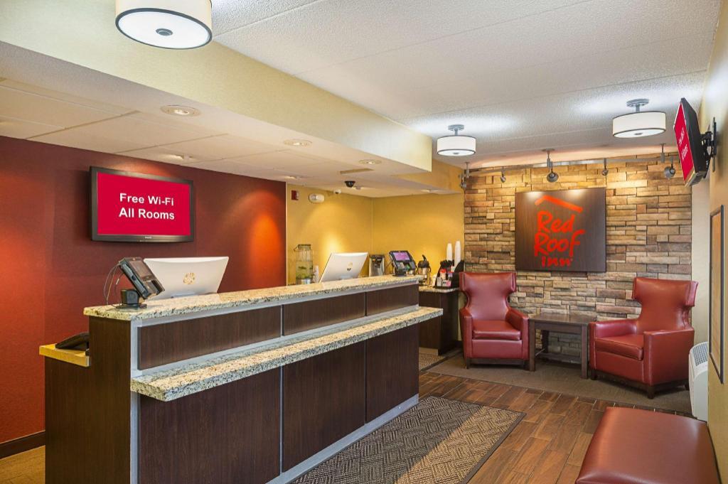 red roof inn lansing west in lansing mi room deals. Black Bedroom Furniture Sets. Home Design Ideas