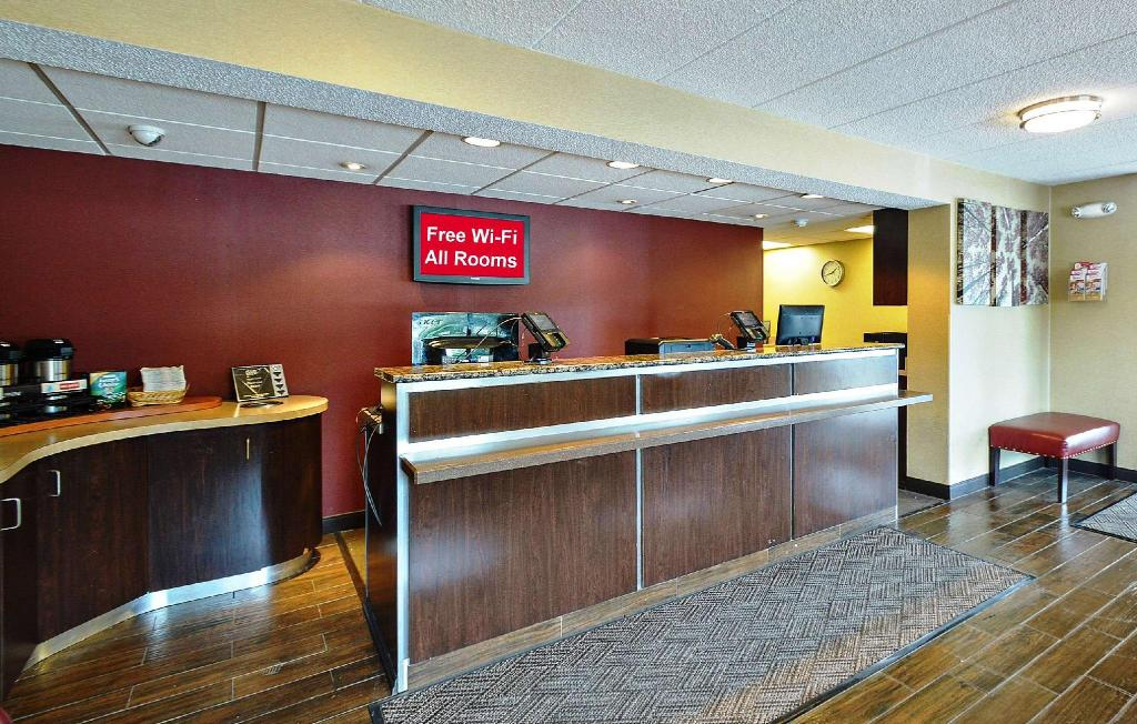 Lobby Red Roof Inn Louisville Expo Airport