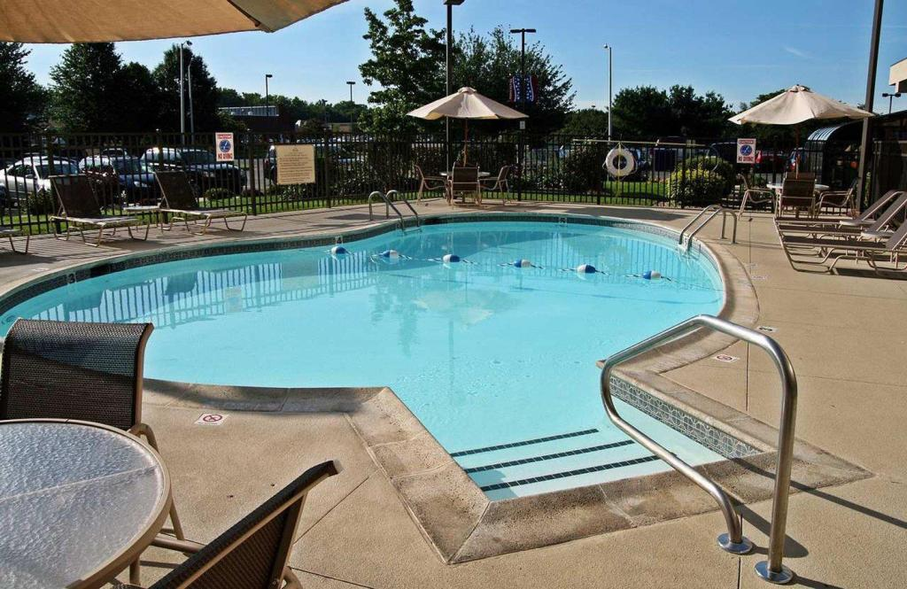 Swimming pool [outdoor] Hampton Inn West Springfield