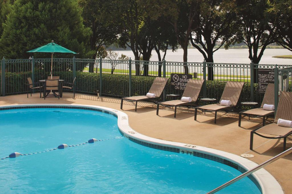 Piscina exterior Doubletree Club Dallas-Farmers Branch Hotel