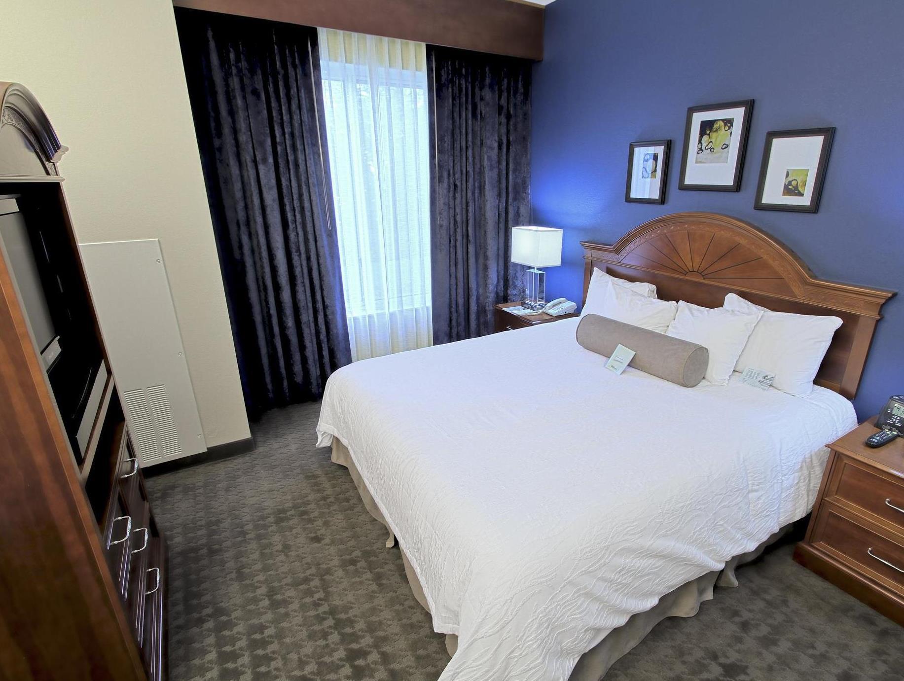 1 King Bed Deluxe   Bed Hilton Garden Inn Westbury Hotel