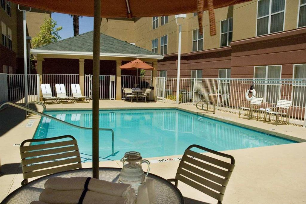 Swimming pool [outdoor] Homewood Suites By Hilton Phoenix Biltmore Hotel