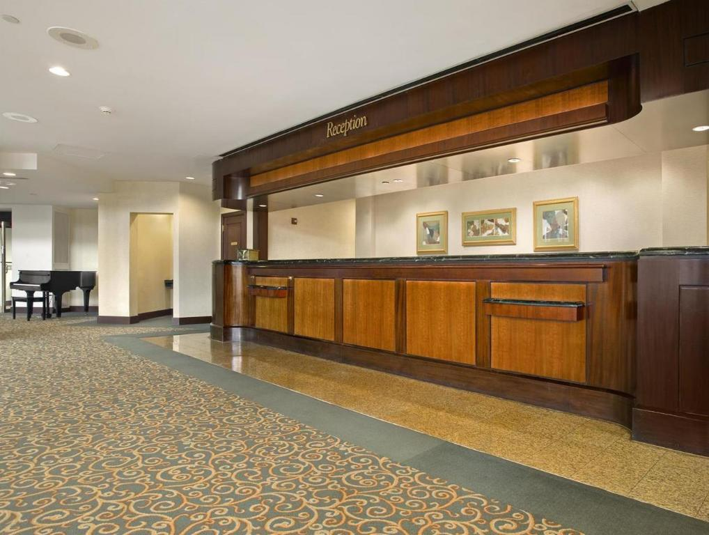 Lobby Hilton East Brunswick Hotel & Executive Meeting Center