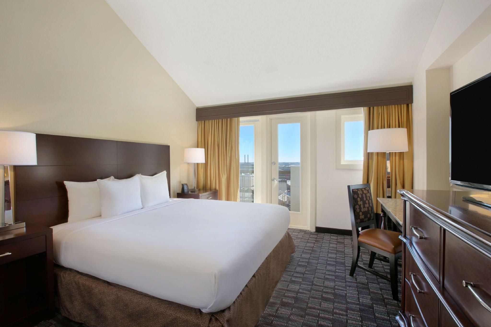 1 King Suite W/Attached Bedroom W/ 1 Full Bed