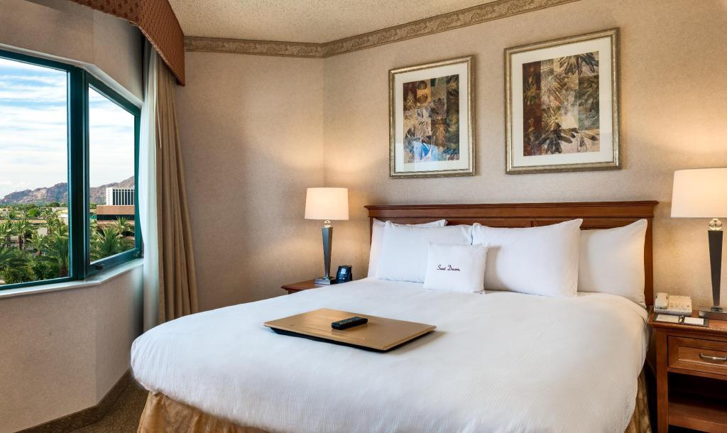 Deluxe King Suite Non-Smoking - Bed DoubleTree Suites by Hilton Phoenix