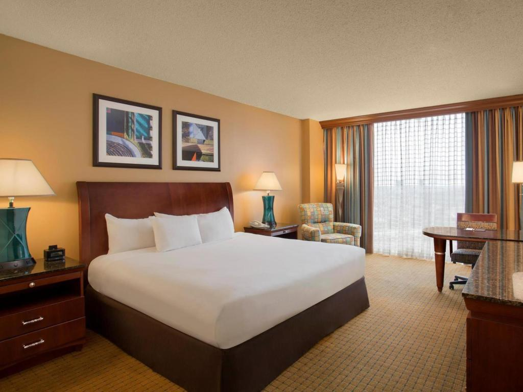 1 King Mobility Hearing Accessible Roll In Shower - Guestroom Doubletree Hotel Houston Downtown