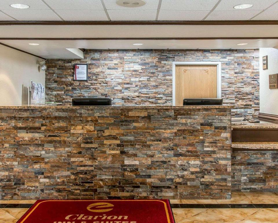 Lobi Clarion Inn and Suites Airport Grand Rapids