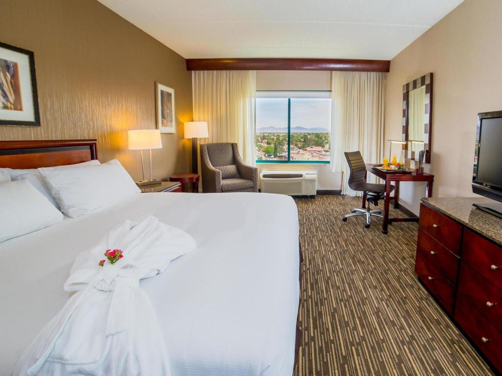 1 King Pure Accessible Room with Tub - Guestroom Doubletree Club Las Vegas Airport Hotel
