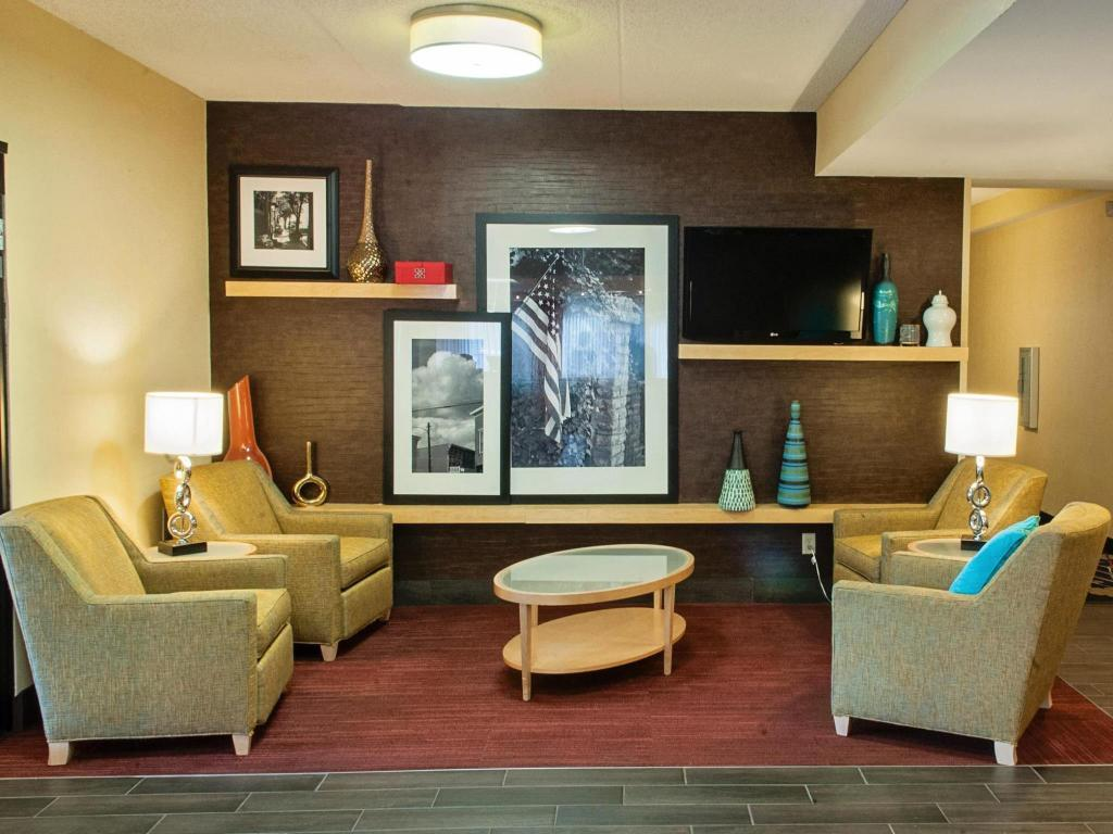hampton inn louisville airport fair expo center in. Black Bedroom Furniture Sets. Home Design Ideas