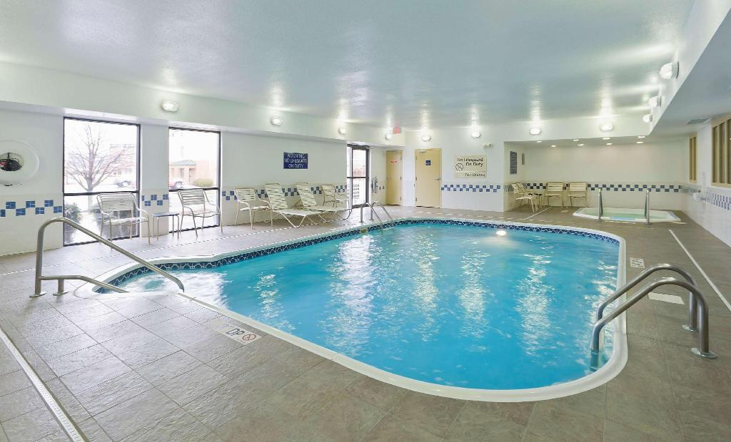 Swimming pool Hampton Inn Akron Fairlawn